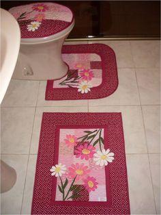 Kit para banheiro em patchwork, com tapetes, tampo de vaso e porta papel. Feitos em tecido 100% algodão, estruturado com manta, e forrados com algodão cru.  Você poderá escolher a cor e apliques de sua preferência.  Tonalidades serão mantidas, estampas nem sempre é possível. Quilting Projects, Sewing Projects, Diy Projects, Applique Designs, Embroidery Designs, Mug Rugs, Bath Accessories, Diy And Crafts, Sewing Patterns