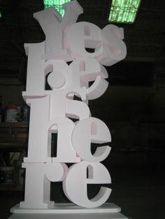 Totem con letras corpóreas para escaparate. Poliestireno extruido, madera  y acrílicos. www.eliasalvarez.com