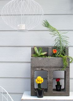 Cinder blocks are basically the new mason jar! Check out these DIY garden projects you can finish in a few hours of an afternoon. #DIY #gardenproject #backyard #cinderblocks #diygarden #diygardeningforsummer