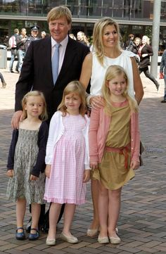 Prince Willem Alexander and Princess Maxima of the Netherlands with their daughters...so cute :)