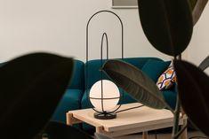 Orbit de @and_light est une lampe de table inspirée des orbites planétaires autour du soleil. Le soleil dans ce cas est un globe en verre avec une source de lumière LED 90CRI dim-able. Avec une base en marbre blanc ou noir. Visitez notre site web pour plus de détails. Lumiere Led, Luminaire Design, How To Make Light, Glass Globe, Black Marble, Light Table, Lighting Design, Vancouver, Inspiration