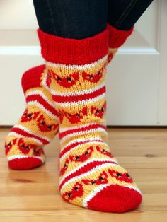 Kettukarkkisukat Diy Crochet And Knitting, Knitting Socks, Knitting Stitches, Knitting Patterns, Cosy Socks, Warm Socks, Boot Cuffs, Mittens, Stitch Patterns