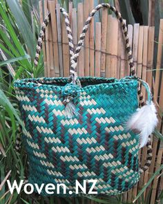 Pikau (back pack) with poutama pattern. Please follow my page on Facebook Woven.NZ Flax Weaving, Basket Weaving, Maori Patterns, Maori Designs, Woven Bags, Woven Baskets, Kite, Straw Bag, Crafty