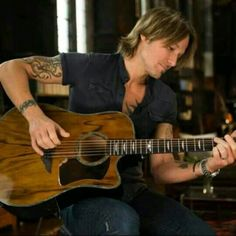 What a gorgeous guitar, just like all of his other Urban guitars!!! <3