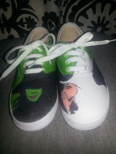 Wicked poster drawn on white canvas shoes with Sharpies! White Sharpie, White Canvas Shoes, Decorated Shoes, Shoe Art, Painted Shoes, Diy Clothing, Sweet Girls, Adidas Stan Smith, Diy Design