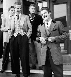 Teddy boys style trong bức ảnh này thể hiện phong cách teddy boys , họ mặc những chiếc áo sơ mi trắng cùng áo gile và áo vest dài
