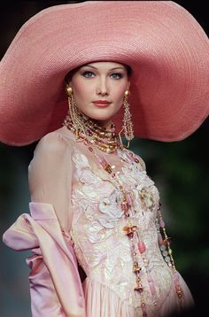 Carla Bruni in Christian Dior Haute Couture - John Galliano Christian Lacroix, Dior Haute Couture, Fashion Moda, High Fashion, Fashion Women, Prada Spring, Mode Vintage, Vintage Dior, Vintage Clothing