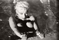 marilyn-monroe-in-the-pool-by-lawrence-schiller-1962-12