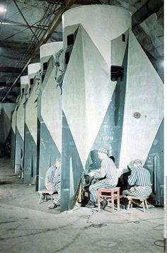 1944, Allemagne, Nordhausen, Konzentrationslager Dora-Mittelbau, Des prisonniers travaillent à la constructions de roquettes V1 et V2 - 01/14