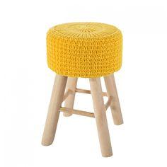 Žlutá taburetka s pleteným vzorem