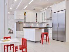Oulun myymälän valkeaa ryhmää piristään punaiset yksityiskohdat. #keittiö #punavalkoinen Kitchen, Table, Furniture, Home Decor, Cooking, Decoration Home, Room Decor, Kitchens, Tables