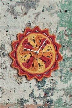 This crochet clock in incredible! Fleur de Temps Clock by Sharon Zientara Crochet Placemats, Crochet Doily Patterns, Crochet Doilies, Crochet Flowers, Crochet Pillow, Crochet Hooks, Free Crochet, Diy Crochet Projects, Crochet Home Decor