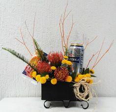 Flores con cerveza y popcorn. Flores para hombre. Flores en base de madera. Lager y flores. Pinoquios amarillos. Kharisma Floral Bogotá.