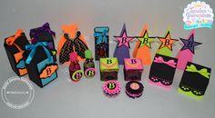 KIT Festa Neon Personalizado com 110 itens:    O KIT CONTEM:    10 Caixas Milk em Scrap R$ 45,00    10 cone em Scrap R$ 30,00    10 caixa Porta Esmalte em Scrap R$ 30,00    10 Caixas com tampa rendada em Scrap R$ 50,00    10 Caixa Vestido em Scrap R$ 50,00    20 Caixa Acrilica 5X5cm R$ 70,00    2... Neon Birthday, Happy 21st Birthday, Birthday Parties, Neon Party, 80s Party, Party Time, Neon Girl, 80s Theme, Favor Boxes