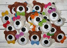 Filcowe broszki na Dzień Pluszowego Misia Techno, Diy And Crafts, Kindergarten, Preschool, Snoopy, Beer, Teddy Bear, Kids Rugs, Education