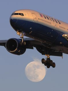 Fading Colors against a rising moon.     United Airlines Boeing 777-222 (N795UA)