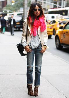 Un foulard rose fluo et des bottes imprimé léopard, accord parfait.
