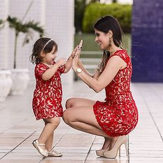 Mom daughter matching outfits are perfect to sport on the mother's day. Explore unique ideas for stylish and gorgeous matching dresses for mother and daughter Fashion Kids, Baby Girl Fashion, Mom Daughter Matching Outfits, Mommy And Me Outfits, Family Outfits, Outfits Madre E Hija, Mother Daughter Fashion, Mom Dress, Dress Red