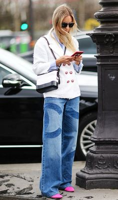 Atencion a como se lleva la doble cadena Gabrielle Is This the New Chanel Bag We're Going to See Everywhere? New Chanel Bags, Chanel Handbags, Womens Fashion Online, Latest Fashion For Women, Chanel Street Style, Chanel Gabrielle Bag, How To Have Style, Chanel Jacket, Chanel Outfit