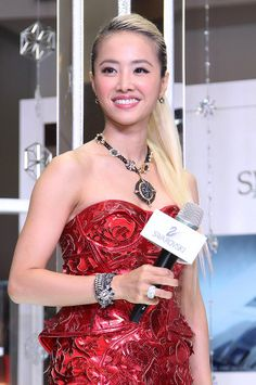 Taiwanese singer Jolin Tsai poses at a launch ceremony for Swarovski`s new Christmas collections in Taipei, Taiwan, November 25,  2013