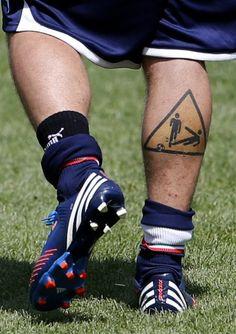 """il tatuaggio sul polpaccio destro di Daniele De Rossi. """"pericolo tackle""""!"""