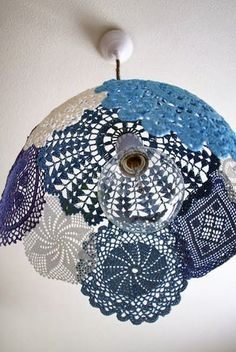 Are you a great lover of doilies? If yes, check out the Impressive DIY Doilies Crafts That You Have To See. Lampe Crochet, Crochet Lampshade, Diy Lampshade, Diy Pendant Light, Pendant Lamp, Pendant Lighting, Diy Light, Globe Pendant, Collage Simple
