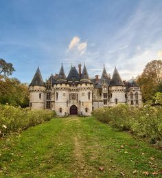 Le Chateau de Vigny ⚜💕 built in it is surrounded by a moat! It is just outside of Paris by petitehaus on IG French Architecture, Beautiful Architecture, Beautiful Castles, Beautiful Buildings, Photo Chateau, Chateau Medieval, Val D'oise, French Castles, Château Fort