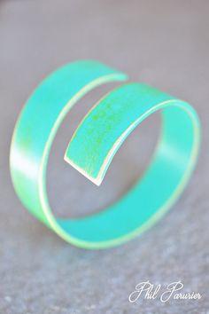 bracelet spirale, en bois bleu vert, vintage bijoux contemporain. wood bracelet, wooden jewelry  contemporary jewelery