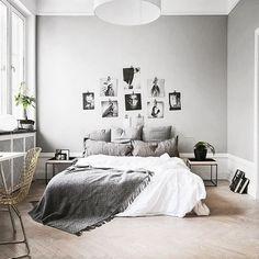 Quarto branco, moderno, decorado com fotos e minimalista :}