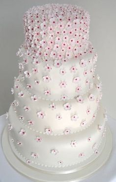 Torta de boda con margaritas esfumadas
