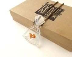 Goldfish 2D en una bolsa en el collar de acrílico transparente