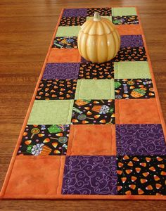 Id love to make a full on quilt for each season. A spring, Summer, Fall/Halloween, and Winter/Christmas. Quilted Halloween Table Runner X 40 Add lots of bright and cheery fun to your Halloween decor with this quilted table runner. Halloween Quilts, Fete Halloween, Halloween Sewing Projects, Halloween Placemats, Halloween Pillows, Halloween Signs, Halloween Stuff, Scary Halloween, Halloween Makeup