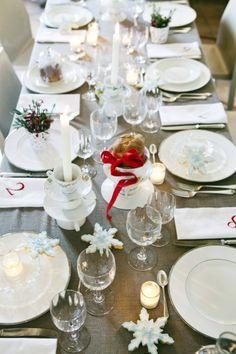 Apparecchiare la tavola di Natale - Tavola senza tovaglia con bicchieri trasparenti e semplici piatti bianchi.