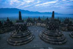 Dari sudu ini, kamu bisa menikmati arsitektur Candi Borobudur sebagai latar depan dan Perbukitan Menoreh sebagai latar belakang. (Benedictus Oktaviantoro/Maioloo.com)