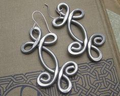 Boucles d'oreilles de grande celtique - Double Tourbillon Shamrock Whirl aluminium - celtique bijoux - Light Weight martelé fil d'aluminium ...