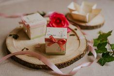 Szatén szalagos masnival díszített pasztell mintás esküvői meghívó. A tetőt levéve szétnyílik a dobozka és belül olvasható a meghívó szövege. #dobozosmeghívó #esküvőimeghívó #meghívó #kreatívcsiga #weddinginvitation #wedding #invitation #flowersinvitation #vintageinvitation #vintagewedding Place Cards, Gift Wrapping, Place Card Holders, Gifts, Gift Wrapping Paper, Presents, Wrapping Gifts, Favors, Gift Packaging