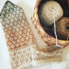 ラトビアの民芸市でみつけた手紡ぎの毛糸でミトンを編みました。自然な発色が魅力的な手紡ぎの毛糸。編みあがるまでどんな表情を見せてくれるのか分からないワクワク感の虜になっています。とても美しい毛糸です。