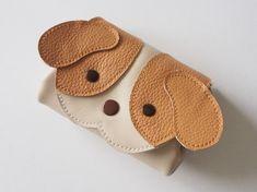◆厚さ1.2mmの柔らかいスムースの革でお作りした、シーズーの財布です。◆お色は、アイボリーで、ぶちの部分と耳は、ライトキャメルす。◆サイズは、縦9cm、横上...|ハンドメイド、手作り、手仕事品の通販・販売・購入ならCreema。 Leather Bag Tutorial, Leather Bag Pattern, Leather Purses, Leather Handbags, Leather Wallet, Toddler Bag, Animal Bag, Wallet Pattern, Leather Projects