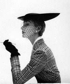 Lisa Fonssagrives  Vogue February 1950 Photo by Irving Penn