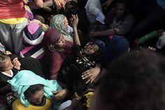 Una mujer se desmaya entre los pasajeros mientras esperan a ser rescatados del mar Mediterráneo, el 4 de octubre.