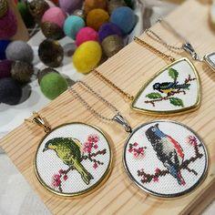 blackcathandmade Mağazasının eBN0 Kodlu Ürünü - Shopsta Learn Embroidery, Embroidery Jewelry, Embroidery Hoop Art, Cross Stitch Embroidery, Cross Stitch Patterns, Small Cross Stitch, Cross Stitch Bird, Bird Jewelry, Imitation Jewelry