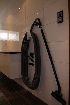 Casa Trumf: Vårt vaskerom - til inspirasjon og irritasjon - Oppheng til slange sentralstøvsuger. Vacuums, Home Appliances, House Appliances, Vacuum Cleaners, Appliances