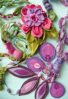bijoux textile....lovely......but what is it? a necklace? who knows....it's beautiful!