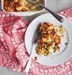Pekonilla, pinaatilla ja juustolla höystetty leipäpaistos on herkullinen brunssi- tai aamiaisruoka. Mikä parasta, sen voi koota jo illalla ja paistaa aamul