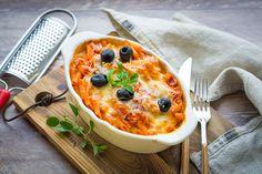 Naná, hogy tésztát a legkönnyebb főzni, ha már szeretnénk valami meleget vacsorázni. De ezúttal toljuk be a sütőbe is, hogy ne csak a szokásos főtt tészta, szósz és sajt legyen a tányéron.  Jó minőségű paradicsomszószokat (tessék elolvasni a címkét, és bátran próbálgatni) már több helyen kaphatunk,…