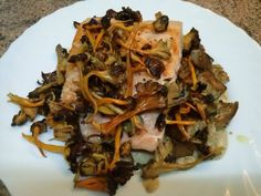 Salmón con salsa de almendras y Camagrocs - Recetízate Japchae, Ethnic Recipes, Food, Gastronomia, Dishes, Deserts, Mushrooms Recipes, Almonds, Healthy Food