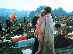 Woodstock Couple, 1969, di Jim Marshall.  L'amore, i fiori, la musica e la pace - queste sono alcune delle cose che hanno reso il movimento hippie degli anni '60 e '70 iconico e memorabile. Questa foto iconica di una coppia abbracciata durante il festival di Woodstock, intenta a condividere una coperta, divenne una delle più potenti immagini della generazione hippie. I due giovani della foto sono Bobbi e Nick Ercoline. I due amanti sono ancora insieme, quasi 45 anni dopo questo scatto.