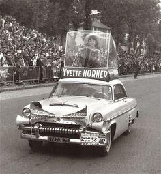 1958 > Yvette Horner. Elle joue sur un podium, à l'arrivée de chaque étape. Coiffée d'un sombrero et juchée sur le toit d'une voiture, elle réitère les années suivantes, accompagnant au total onze Tours de France (de 1952 à 1963)