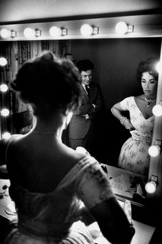 Old Hollywood glamour, mirror mirror, looking glass Elizabeth Taylor Old Hollywood Glamour, Golden Age Of Hollywood, Vintage Hollywood, Classic Hollywood, Hollywood Mirror, Elizabeth Taylor, Queen Elizabeth, Cleopatra, Divas