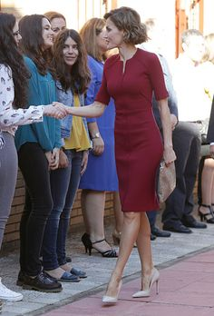 Queen Letizia attended the opening of vocational training school year at the 'Javier Garcia Tellez' Secondary School on October 2015 in Caceres, Spain. Business Outfits, Business Fashion, Royal Fashion, Timeless Fashion, Dressy Dresses, Dresses For Work, Style Royal, Conservative Fashion, Royal Clothing